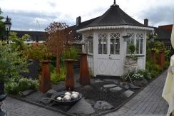 Det lilla vackra lusthuset- ett smycke i trädgården!